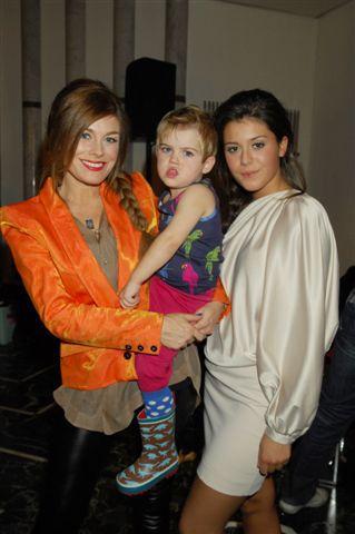 En nästan kopparrödhårig Pernilla Wahlgren med dottern Bianca och minstingen Theo.